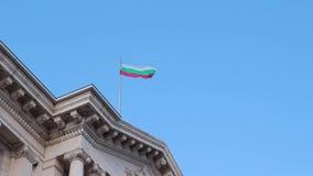 SOFÍA, BULGARIA - SEPTIEMBRE DE 2016: El agitar búlgaro de la bandera