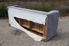 Sofá abandonado. Imagem de Stock