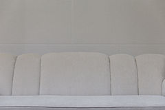 sofá beige del sofá de la tela Fotos de archivo libres de regalías