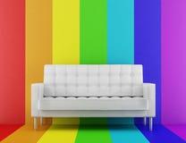 Sofá blanco delante de la pared multicolora Imagenes de archivo