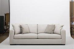Sof? de couro acolhedor dos assentos, sof? moderno de 2 seater em claro - tela cinzenta, 2-Seat sof?, sof? do coxim da pena, imagens de stock