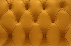 Sofá de couro amarelo do teste padrão Fotografia de Stock Royalty Free