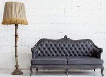 Sofá de couro no quarto branco Fotos de Stock