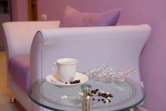 Sofá de cuero púrpura en la sala de espera. Imágenes de archivo libres de regalías