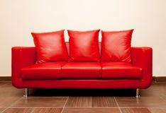 Sofá de cuero rojo Imágenes de archivo libres de regalías
