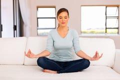 Sofá de la meditación de la mujer Imágenes de archivo libres de regalías