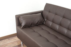 Sofà di cuoio marrone classico con il cuscino Immagini Stock Libere da Diritti