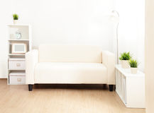 Sofá en la sala de estar Fotografía de archivo libre de regalías