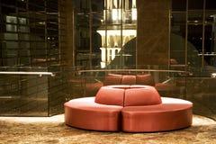 Sofá rojo redondo moderno Foto de archivo