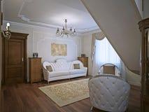 Sofa élégant dans la vie avec des murs de bâti Photos libres de droits