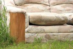 Sofa abandonné image stock