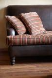 Sofa avec des oreillers Photographie stock libre de droits