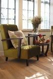 Sofa avec des oreillers par l'hublot Photo stock
