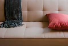 Sofa avec la couverture de jet Photo stock