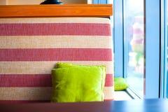 Sofa avec le coussin photos stock