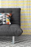 Sofa avec le coussin coloré photo libre de droits