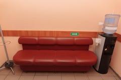 Sofa avec le refroidisseur image stock