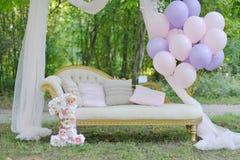 Sofa avec un auvent sur la rue Photos stock
