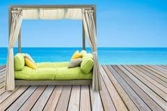 Sofa Bed de lujo con la almohada suave con el mar Imagenes de archivo
