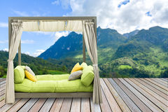 Sofa Bed de lujo con la almohada suave con la montaña hermosa Fotos de archivo libres de regalías