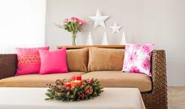 Sofa beige avec des oreillers Photos libres de droits