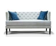 Sofa blanc avec deux oreillers bleus Photographie stock