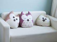 Sofa blanc avec les oreillers mignons de hibou Photographie stock