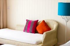 Sofa blanc dans la salle de séjour Images stock