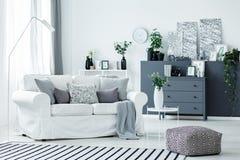 Sofa blanc et accents gris image libre de droits