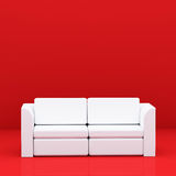 Sofa blanc sur le rouge Photographie stock