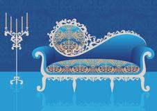 Sofa bleu dans un intérieur Images stock