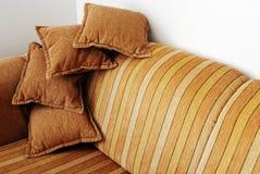 Sofa brun rayé Images libres de droits