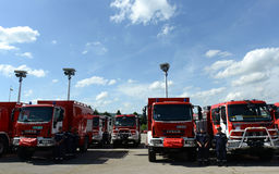 Sofía, Bulgaria - 9 de junio de 2015: Los nuevos coches de bomberos se presentan a sus bomberos Foto de archivo libre de regalías