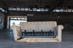 Sofa cassé à l'intérieur de centre commercial abandonné sur Ténérife, Îles Canaries, Espagne - image photographie stock