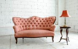 Sofa classique luxueux de vintage avec la lampe de bureau Image stock