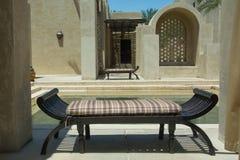 Sofa confortable conçu à la station de vacances arabe de luxe de désert Photos stock