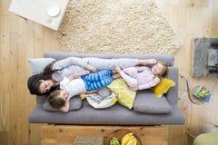 Sofa Cuddles avec la maman photographie stock libre de droits