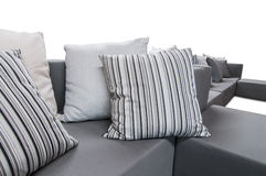 Sofa d'intérieur extérieur avec des coussins et des oreillers Photos libres de droits