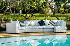 Sofa d'intérieur extérieur avec des oreillers Photographie stock libre de droits