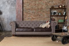 Sofa dans l'intérieur de grenier Image libre de droits