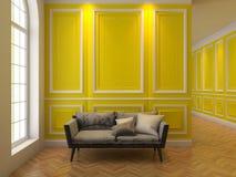 Sofa dans l'intérieur jaune classique Photos stock