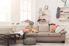 Sofa dans la chambre malpropre image libre de droits