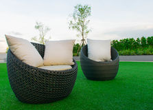 Sofa dans le jardin Photo stock