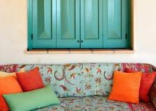 Sofa dans le porche d'une maison grecque d'île Photo stock