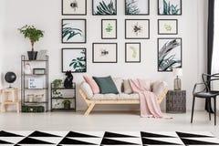 Sofa dans le salon botanique photo stock