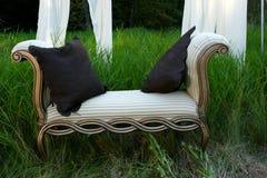 Sofa dans les bois Photographie stock libre de droits