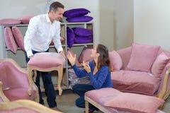 Sofa de achat de couples dans le magasin de meubles photo stock