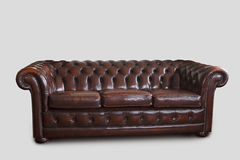 Sofa de Chesterfield sur le blanc Images stock