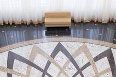 Sofa de conception moderne et grands rideaux photos stock