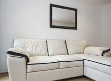 Sofa de cuir blanc photographie stock